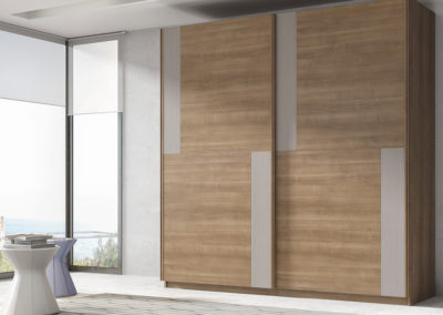 AV13- Armario de puertas correderas de plafones irregulares, combinado en dos tonos, posibilidad de otras medidas, diferentes acabados de color, a juego con dormitorio.