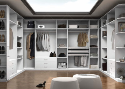 AV15- Vestidor a medida con infinidad de accesorios, a juego de dormitorio.