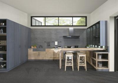 C10 Cocina estilo industrial en roble natural blanqueado con puerta enmarcada, combinado con color antracita en vitrinas con puertas de cristal y columnas, mesa corredera en roble sobre copete.