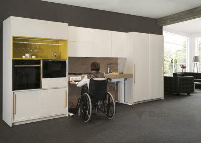 C3 Cocina adaptada en laminado blanco, encimera regulable en altura, puertas  bajas correderas, con detalle estante en color mostaza.