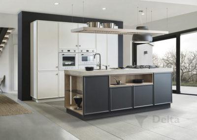 C4 Cocina enmarcada en laca, diseño atemporal, combinada en tres acabados, con electrodomésticos vistos, isla con encimera con nicho para accesorios y enchufes escamoteables.