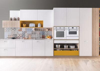 C8 Cocina con puertas en polilaminado blanco, con decorativos en laminado roble y mostaza en alto brillo, Campana extractora de acero integrada en el mueble, detalle de hornos en blanco retro.