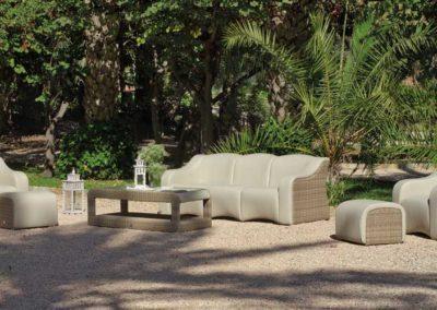 EX11 Conjunto sofá de tres plazas con 2 sillones relax y reposapiés  con mesa a juego, en médula sintética y piel, color de tapicería a elegir.