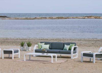 EX12 Conjunto sofá de tres plazas con 2 sillones relax y reposapiés  con mesa a juego, en blanco, color de tapicería a elegir.