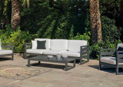 EX13 Conjunto sofá de tres plazas con 2 sillones relax y reposapiés  con mesa a juego, en médula sintética y piel, color de tapicería a elegir.