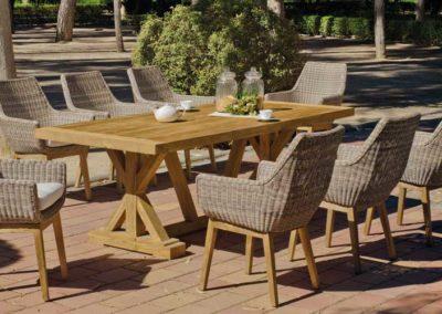 EX16 Conjunto de mesa en madera maciza con sillones de mimbre y madera a juego, acabado tapicería a elegir, posibilidad de diferentes medidas.