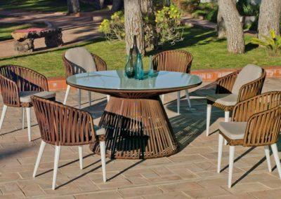 EX17 Conjunto de mesa redonda en madera con tapa de cristal con sillones a juego, posibilidad de diferentes medidas, acabado tapicería a elegir.