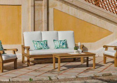 EX9 Conjunto sofá de tres plazas con 2 sillones en madera con mesa a juego, tapicería a elegir.