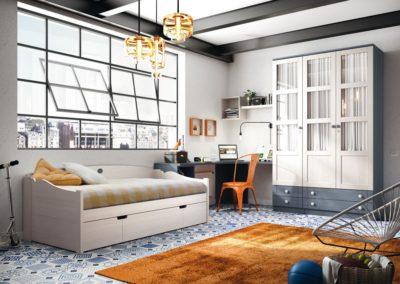 J15 Dormitorio juvenil en madera bicolor, con detalle de armario de puertas batientes con cajones vistos y puertas con cristal y visillo.