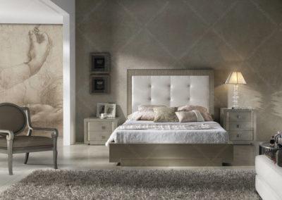 DC11 Dormitorio en laca mate color champan con bancada arcón, con cabecero recto tapizado y detalles brillantes, posibilidad de diferentes medidas de cama, Armario a juego.