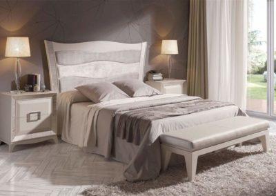 DC2 Dormitorio en madera a poro abierto, en color marfil con cabecero tapizado , posibilidad de diferentes medidas de cabecero, posibilidad de sinfonier o cómoda y  armario a juego.