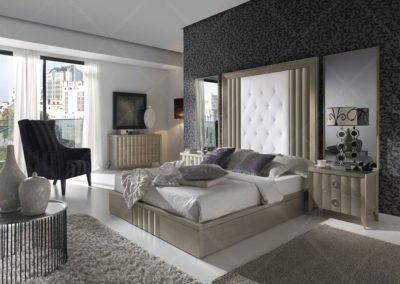 DC20 Dormitorio con cabezal alto combinado en madera lacada en beige y tela , bancada arcón, mesillas y sinfonier con patas, detalle de ala de cabezal de espejos, posibilidad de armario a juego.