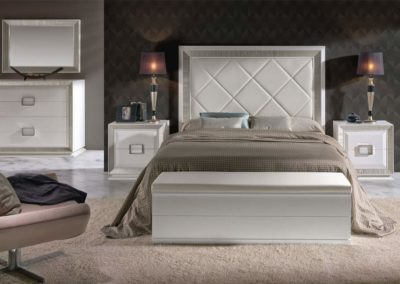 DC3 Dormitorio en madera  color marfil con molduras en plata, cabecero combinado en madera y tapizado, posibilidad de diferentes medidas de cabecero, posibilidad de sinfonier o cómoda y  armario a juego.