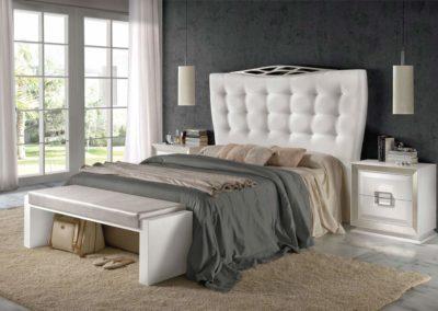 DC4 Dormitorio en madera  color marfil con molduras en plata, cabecero tapizado  con botones, posibilidad de diferentes medidas de cabecero, posibilidad de sinfonier o cómoda y  armario a juego.