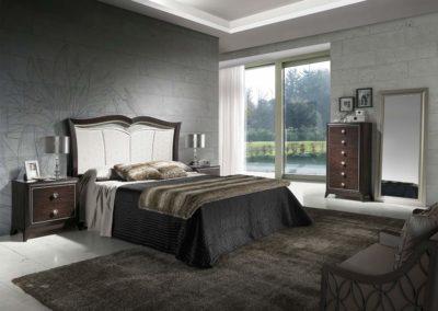 DC6 Dormitorio en madera  color caoba con molduras en plata, tiradores de cristal, cabecero  con forma combinado en madera y tapizado, posibilidad de diferentes medidas de cabecero, posibilidad de sinfonier o cómoda y  armario a juego.