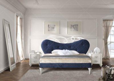 DC7 Espectacular cama tapizada en terciopelo  azul con detalles de madera en patas torneadas y cabecero, mesillas a juego con tiradores flor en acabado plata,  posibilidad de sinfonier o cómoda y  armario a juego.