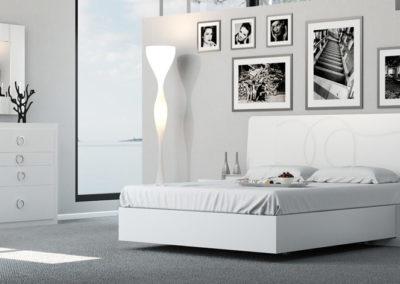 DM1 Dormitorio moderno en blanco con detalles grabados en el cabezal, con posibilidad de bancada arcón, mesillas bajas con zócalo, posibilidad de diferentes medidas de cabezal, armario a medida.
