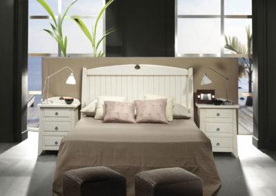 DR2 Dormitorio en madera maciza teñida en blanco decapado, mesillas de cajones, posibilidad de sinfonier, cómoda y armario a juego.