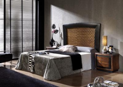 DR7 Dormitorio en madera maciza, con cabecero de madera trenzada, posibilidad de diferentes medidas de cabezal, mesillas de cajones con esquinas redondeadas.