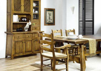 SR6 Comedor rustico compuesto por alacena con puertas de rejilla, mesa de comedor con sillas a juego.
